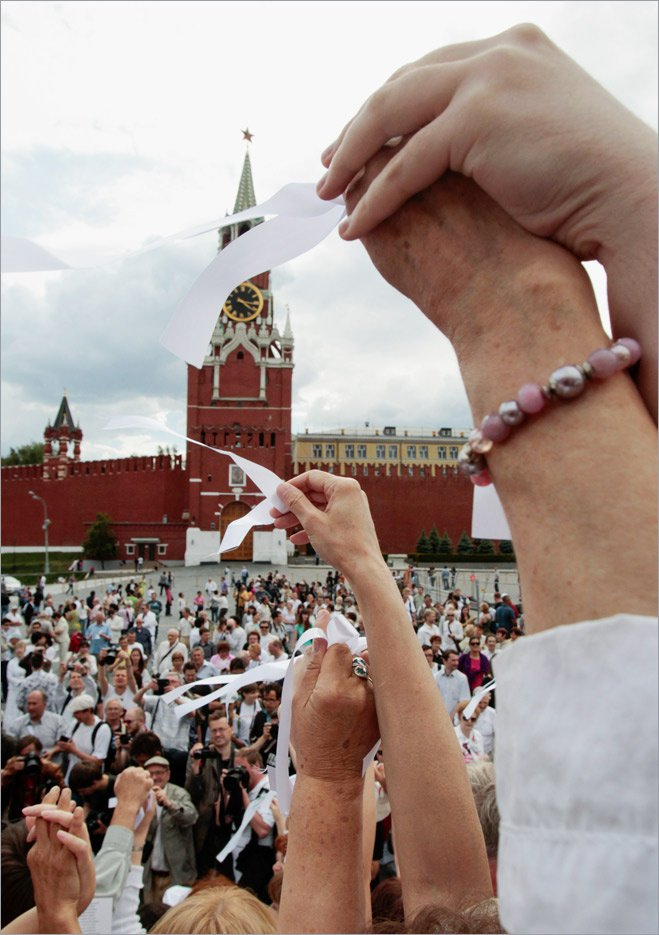 Собрание активистов «белоленточного движения» перед Кремлем. Москва, май 2012 года