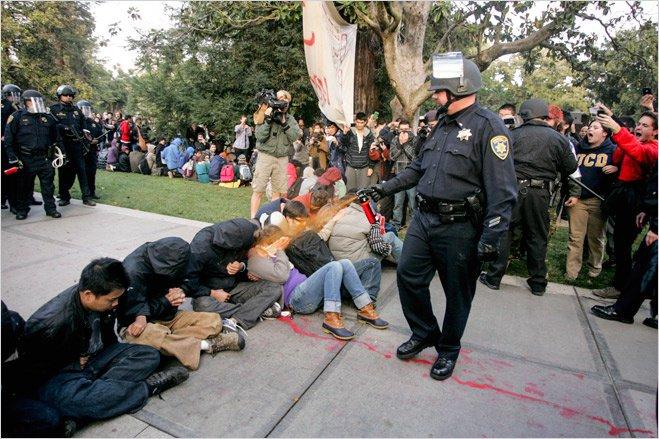 Полиция использует перцовый спрей против студентов Университета Дэвиса. США, 2011 год