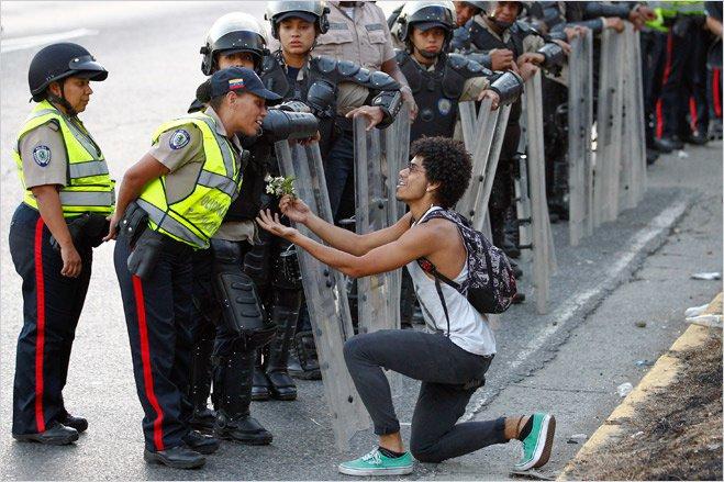 Цветы против дубинок — одна из самых популярных форм ненасильственного сопротивления
