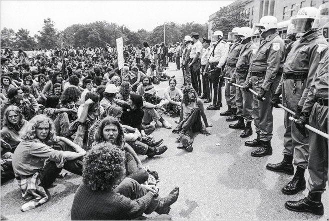 Протестующие и армия во время Марша мира. Вашингон, 1972 год