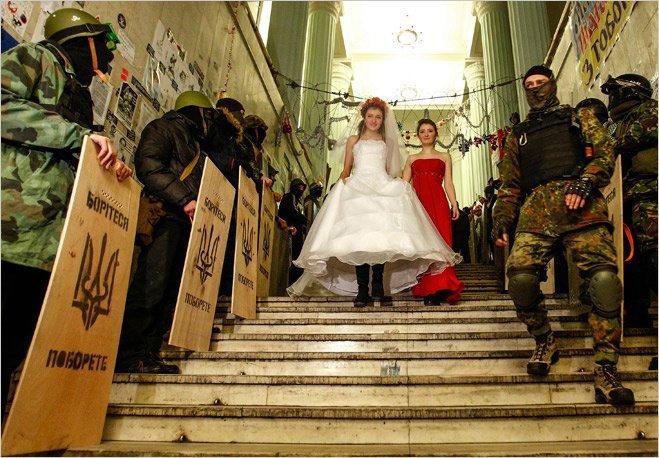 Свадьба «майдановцев» Богдана и Юлии в захваченной мэрии. Киев, 2014 год