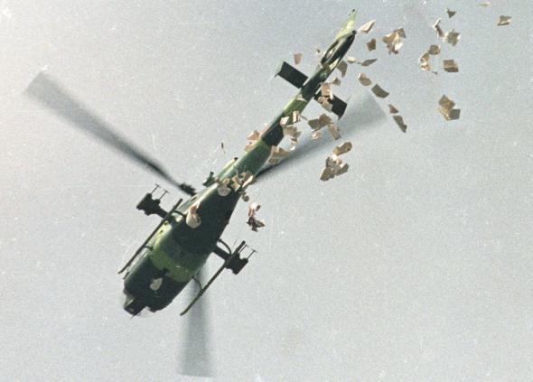 Увещевали демонстрантов даже с вертолётов, сбрасывая листовки.